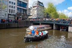 27 Amsterdam-APRIL: Boot paty op het Singel-kanaal, menigte van mensen op de brug op de Dag van de Koning op 27,2015 April Royalty-vrije Stock Afbeelding