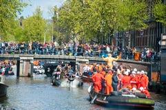 27 Amsterdam-APRIL: Bootpartij door de kanalen van Amsterdam met onbeperkt bier op de Dag van de Koning op 27,2015 April, Nederla Royalty-vrije Stock Fotografie