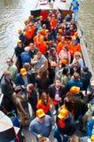 27 Amsterdam-APRIL: Bootpartij door de kanalen van Amsterdam met onbeperkt bier tijdens de Dag van de Koning op 27,2015 April, Ne Royalty-vrije Stock Fotografie