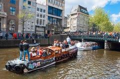AMSTERDAM - APRIL 27: Bootpartij door de kanalen van Amsterdam op fijn weer tijdens de Dag van de Koning op 27,2015 April, Nederl Royalty-vrije Stock Afbeeldingen