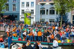 27 Amsterdam-APRIL: Boten met menigte van mensen op de straat op de Dag van de Koning op 27,2015 April Royalty-vrije Stock Foto