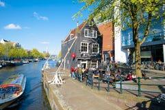 30 Amsterdam-april: Cafe DE Sluyswacht met Montelbaans-Toren op de achtergrond, mensen geniet van dranken op 30,2015 April Royalty-vrije Stock Foto's