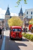 AMSTERDAM-APRIL 30: Citroen är den retro bilen på den Amsterdam gatan, Rijksmuseumen synlig i bakgrunden arkivfoton