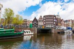30 Amsterdam-APRIL: Cityscape van Amsterdam met de beroemde winkel van Gunters en Meuser-op de achtergrond Royalty-vrije Stock Fotografie