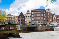 30 Amsterdam-APRIL: Cityscape van Amsterdam met Gunters en Meuser winkelen in de afstand op 30,2015 April Royalty-vrije Stock Afbeelding
