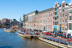 27 Amsterdam-APRIL: De Cuiseboten nodigen toeristen uit gaan bezienswaardigheden bezoekend tijdens de Dag van de Koning op 27,201 Stock Fotografie