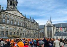 AMSTERDAM - APRIL 30: De de stadsinwoners en toeristen vieren Queen Stock Afbeelding