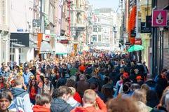 27 Amsterdam-APRIL: De duizendenmensen vieren de Dag van de Koning op de straat van Amsterdam op 27,2015 April, Nederland Royalty-vrije Stock Fotografie