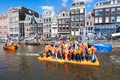 27 Amsterdam-APRIL: De gelukkige Mensen in sinaasappel vieren de Dag van de Koning langs het Singel-kanaal op het vlot op 27,2015 Stock Afbeelding