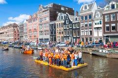 27 Amsterdam-APRIL: De gelukkige Mensen vieren de Dag van de Koning langs het Singel-kanaal op het oranje vlot, geniet de menigte Royalty-vrije Stock Fotografie