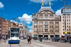 30 Amsterdam-APRIL: De het vlaggeschipopslag van DE Bijenkorf op Damvierkant, mensen kruist de straat op 30 April, 2015 in Amster Royalty-vrije Stock Foto