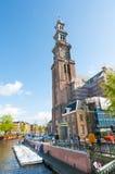 30 Amsterdam-APRIL: De klokketoren van Westerkerk zoals die van het Prinsengracht-kanaal op 30,2015 April, Nederland wordt gezien Stock Foto's