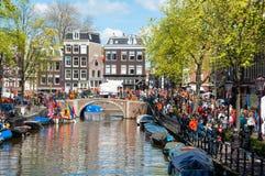 27 Amsterdam-APRIL: De menigte van mensen gaat langs de straat van Amsterdam de Dag van de Koning op 27,2015 vieren April Stock Fotografie