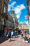 30 Amsterdam-APRIL: De menigte van mensen gaat winkelend in Kalverstraat-straat, is het Damvierkant zichtbaar op de achtergrond o Royalty-vrije Stock Afbeelding