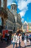 30 Amsterdam-APRIL: De menigte van mensen gaat winkelend in Kalverstraat-straat op 30,2015 April, Nederland Stock Foto