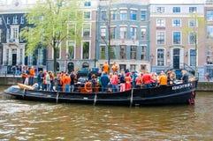 27 Amsterdam-APRIL: De menigte van mensen heeft danspartij op de Dag van een bootkoning langs het Singel-kanaal op 27,2015 April, Stock Fotografie