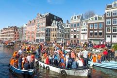 27 Amsterdam-APRIL: De menigte van mensen op boten neemt aan de Dag van de vierende Koning deel op 27,2015 April Nederland Stock Afbeelding