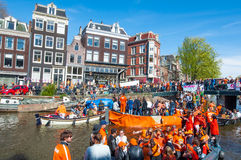27 Amsterdam-APRIL: De menigte van mensen op de boten neemt aan de Dag van de vierende Koning deel op 27,2015 April Nederland Stock Afbeeldingen