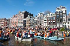 27 Amsterdam-APRIL: De menigte van mensen op de boten neemt aan de Dag van de vierende Koning deel op 27,2015 April Nederland Stock Foto's