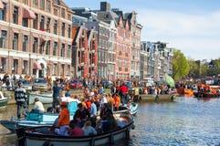 27 Amsterdam-APRIL: De menigte van mensen op de boten neemt aan de Dag van de vierende Koning deel op 27,2015 April Nederland Royalty-vrije Stock Fotografie