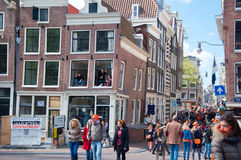 27 Amsterdam-APRIL: De menigte van mensen in sinaasappel viert de Dag van de Koning rond de straat van Amsterdam op 27,2015 April Stock Fotografie