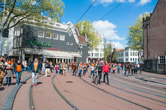 27 Amsterdam-APRIL: De menigte van mensen viert de Dag van de Koning op de straat van Amsterdam op 27,2015 April Stock Foto's