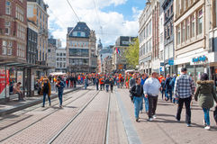 27 Amsterdam-APRIL: De menigte van mensen viert de Dag van de Koning op Rokin-straat op 27,2015 April Royalty-vrije Stock Afbeeldingen