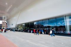 30 Amsterdam-APRIL: De mensen bevinden zich in rij voor Stedelijk-Museum op 30,2015 April, Nederland Royalty-vrije Stock Fotografie