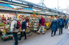 28 Amsterdam-APRIL: De mensen kopen houseplants en bollen op de de Bloemmarkt van Amsterdam op 28,2015 April Royalty-vrije Stock Afbeelding