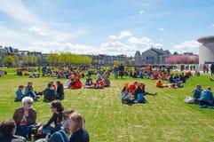27 Amsterdam-APRIL: De mensen ontspannen in Museumplein op de Dag van de Koning op 27,2015 April Stock Fotografie