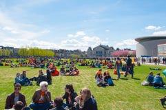 27 Amsterdam-APRIL: De mensen ontspannen in Museumplein op de Dag van de Koning op 27,2015 April Stock Foto's