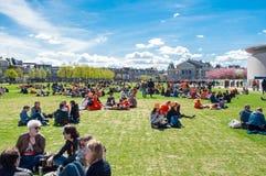 27 Amsterdam-APRIL: De mensen ontspannen in Museumplein op de Dag van de Koning op 27,2015 April Stock Afbeeldingen