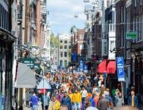 27 Amsterdam-APRIL: De mensen op de bezige straat van Amsterdam vieren de Dag van de Koning op 27,2015 April, Nederland Royalty-vrije Stock Foto