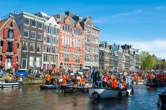 27 Amsterdam-APRIL: De mensen op de boten nemen aan de Dag van de vierende Koning deel door het kanaal van Amsterdam op 27,2015 A Stock Afbeeldingen