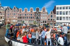 27 Amsterdam-APRIL: De mensen op de boten nemen aan de Dag van de vierende Koning deel door Singel-kanaal op 27,2015 April Royalty-vrije Stock Foto