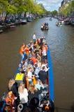 27 Amsterdam-APRIL: De mensen op Partijboot met onbeperkte bier, soda en wijn vieren aan boord de Dag van de Koning op 27,2015 Ap Royalty-vrije Stock Foto's