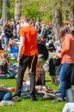 27 Amsterdam-APRIL: De mensen in sinaasappel vieren binnen de Dag van de Koning op 27,2015 April in Vondelpark, Nederland Royalty-vrije Stock Fotografie