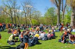 27 Amsterdam-APRIL: De mensen in sinaasappel vieren binnen de Dag van de Koning op 27,2015 April in Vondelpark, Nederland Stock Fotografie