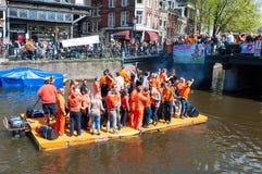 27 Amsterdam-APRIL: De mensen vieren de Dag van de Koning langs het Singel-kanaal op het vlot op 27,2015 April, Nederland Royalty-vrije Stock Afbeelding