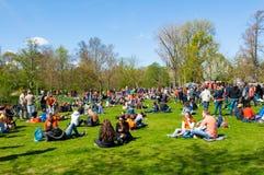 27 Amsterdam-APRIL: De mensen in Vondelpark vieren de Dag van de Koning op 27,2015 April, Nederland Stock Fotografie