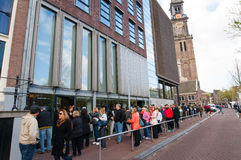 30 Amsterdam-APRIL: De mensen vormen omhoog aan Anne Frank House Museum op 30,2015 April een rij Stock Foto