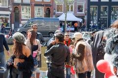 27 Amsterdam-APRIL: De niet geïdentificeerde mensen in de zonnige dag bij de openluchtpartij vieren de Dag van de Koning op het S Royalty-vrije Stock Fotografie