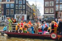 27 Amsterdam-APRIL: De niet geïdentificeerde mensen op de boot vieren de Dag van de Koning langs het Singel-kanaal op 27,2015 Apr Royalty-vrije Stock Afbeeldingen