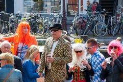 27 Amsterdam-APRIL: De niet geïdentificeerde mensen vieren de Dag van de Koning langs het Singel-kanaal op 27,2015 April, Nederla Royalty-vrije Stock Foto