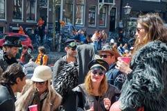 27 Amsterdam-APRIL: De niet geïdentificeerde plaatselijke bewoners en de toeristen vieren de Dag van de Koning op de boot op 27,2 Royalty-vrije Stock Foto