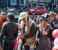 27 Amsterdam-APRIL: De niet geïdentificeerde plaatselijke bewoners vieren de Dag van de Koning, het Singel-kanaal op 27,2015 Apri Stock Afbeeldingen