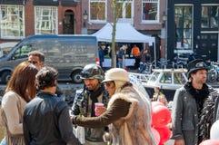 27 Amsterdam-APRIL: De niet geïdentificeerde stad-bewoners plechtig vieren de Dag van de Koning op 27,2015 April in Nederland Royalty-vrije Stock Foto