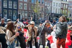 27 Amsterdam-APRIL: De niet geïdentificeerde stad-bewoners vieren de Dag van de Koning op het Singel-kanaal, 27,2015 April in Ned Stock Afbeeldingen