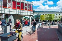 30 Amsterdam-APRIL: De niet gedefiniëerde mensen berijden een fiets op de straat van Amsterdam op 30,2015 April, Nederland Stock Foto