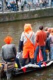 27 Amsterdam-APRIL: De niet gedefiniëerde mensen in traditionele sinaasappel vieren de Dag van de Koning op 27,2015 April, Nederl Stock Foto